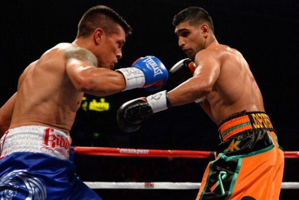 En el onceavo round, Díaz puso en malas condiciones a Khan hasta en tres...