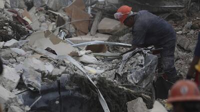 Un trabajador es rescatado del edificio de oficinas de contadores en Colonia La Roma, México