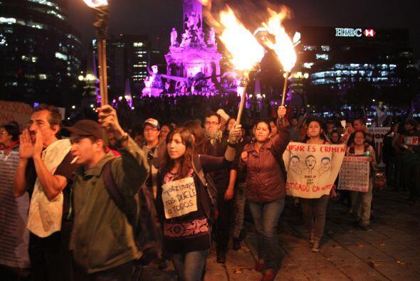 Cayó la noche y los jóvenes seguían manifestándose.(Crédito: Roberto Bus...