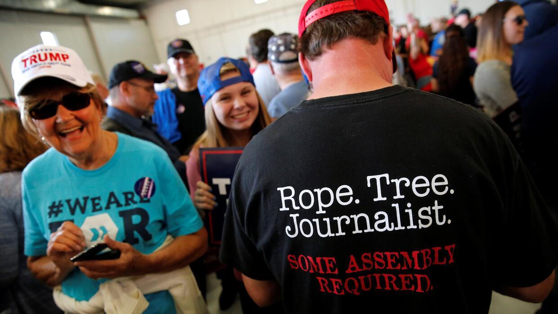 Un seguidor de Trump en Minneapolis con una camiseta que anima al asesin...