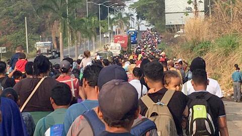 Un grupo de más de 1,000 inmigrantes centroamericanos cruza desde...