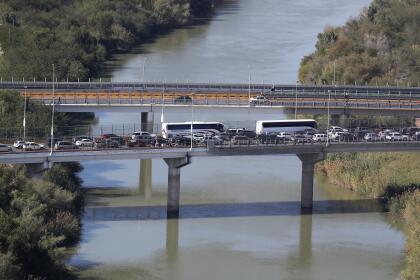 <b>Reynosa, Tamaulipas. </b>En esta ciudad mexicana de la frontera, un puente internacional cruza el Río Grande. Por debajo del puente el río cruza sin divisiones.
