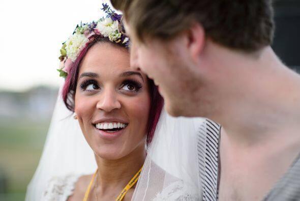 La novia usó como tocado una corona de flores naturales sencilla, muy en...