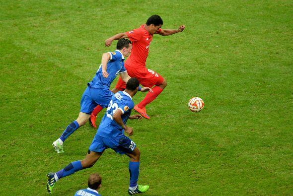 El partido era muy peleado en todos los sectores del campo.