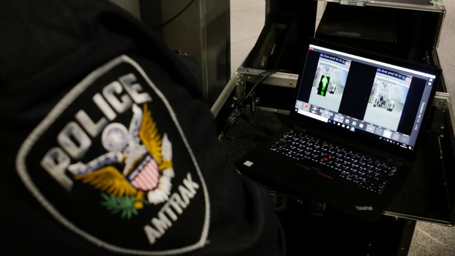 Al recibir la señal en monitores, los agentes visualizan una imagen cono...