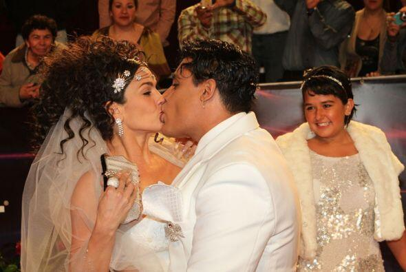 Niurka se comió a besos a su entonces galán, el cantante Eduardo Antonio.