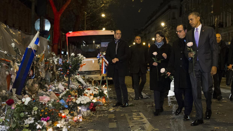 Barack Obama y Francois Holande, colocan flores en el Bataclan