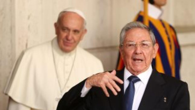 El Papa junto al líder cubano, Raúl Castro, en el Vaticano el pasado 10...