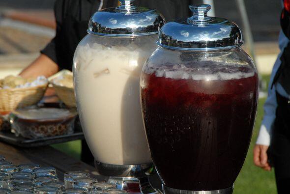 Agua de horchata y jamaica, para refrescar a los invitados.