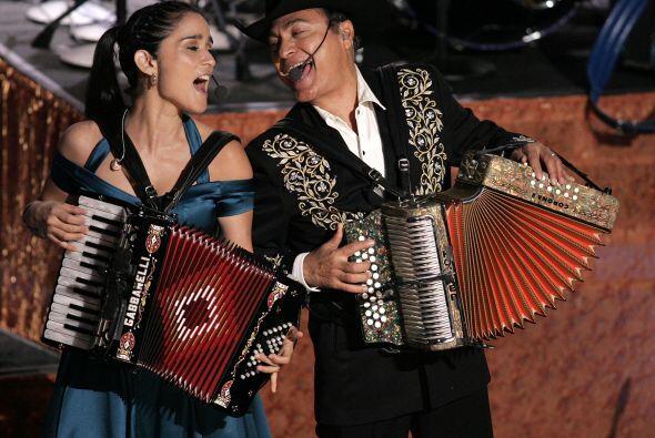 Julieta Venegas al son de los Tigre del Norte en la 6ª entrega de premios.