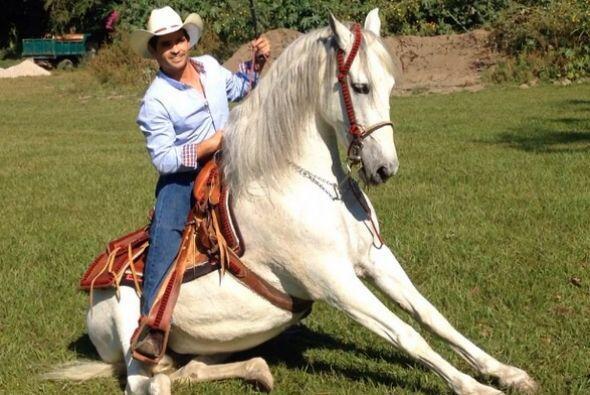 Ferdinando se ve más que sexy en ese caballo.