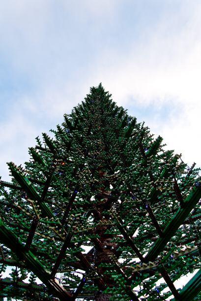 El enorme árbol fue construido por las manos de seis expertos de Legolan...