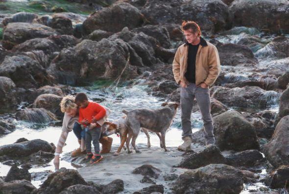 También los acompañó el hijo adoptivo de Charlize, Jackson. Más videos d...