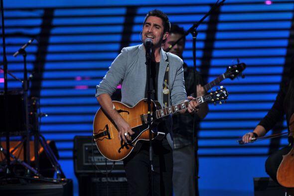 Alex, por su parte, tomó su guitarra y tocó muy romántico.