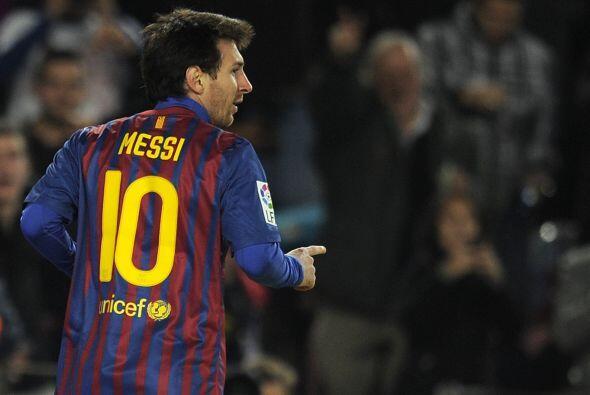 Messi y su clásico festejo, miró al cielo y se fue a abrazar con sus com...