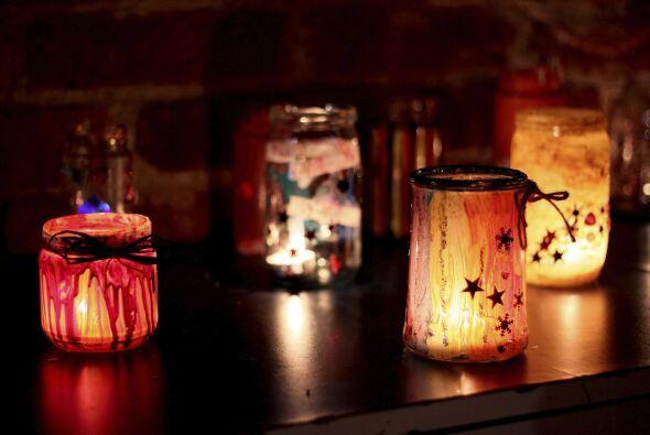 A la luz de las velas. La tenue y parpadeante iluminación de las...