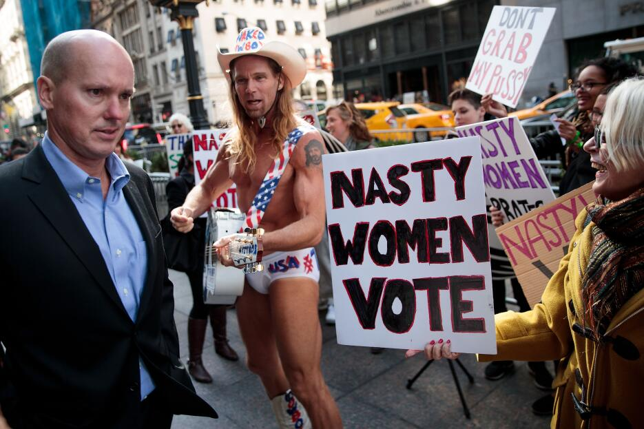 Algunos ciudadanos se resistieron a escuchar a las mujeres y al vaquero,...