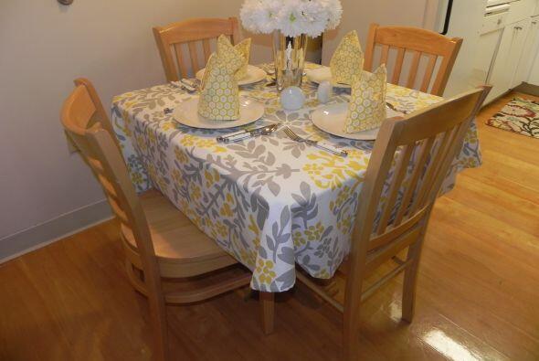 La cocina-comedor se complementa con  platos, cubiertos y demás artículo...