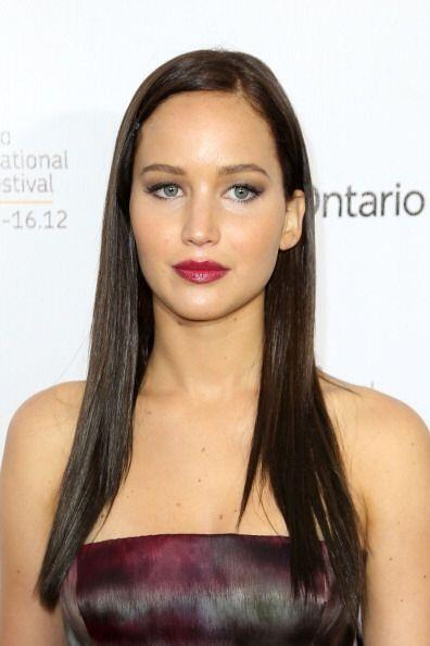 Con su melena castaña oscura alaciada, Jennifer Lawrence se encargó de r...