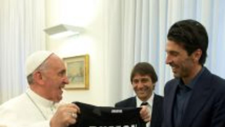Buffon le entrega su camisa al Papa Francisco.