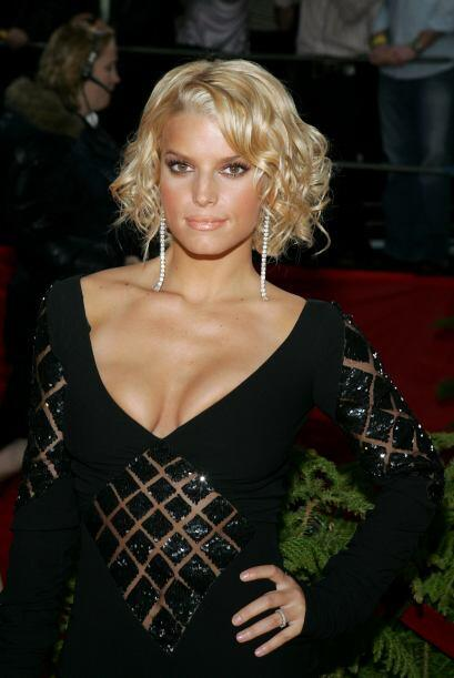 Comenzaba 2005 y Jessica seguía amando los atuendos escotados y vestidos...