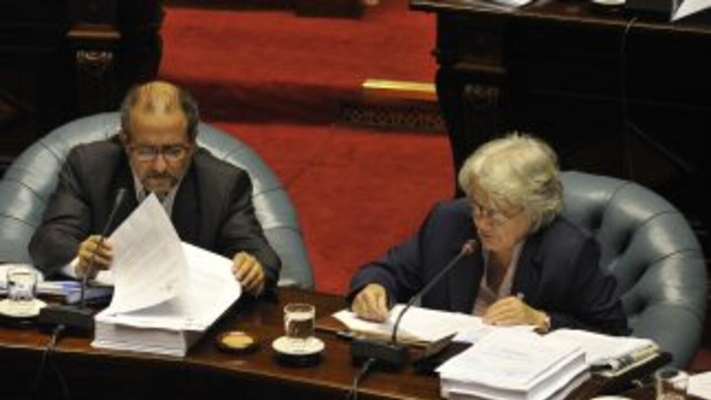 El senador Jorge Saravia (izquierda), quien competirá en las elecciones...