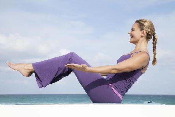 Los expertos recomiendan el yoga, ya que es un ejercicio completo, que g...