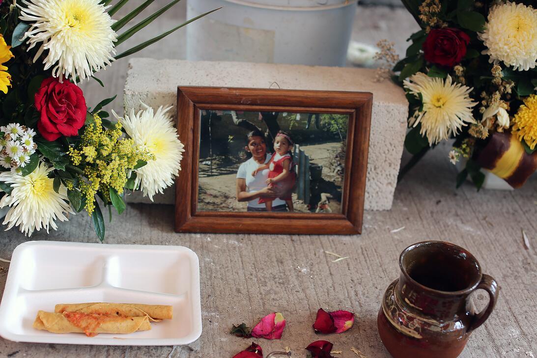 12 muertos bajo la iglesia. Manuela de León García, la madre de la bebé...
