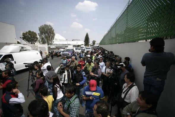 Decenas de periodistas aguardan por la presentación del capo m&aa...