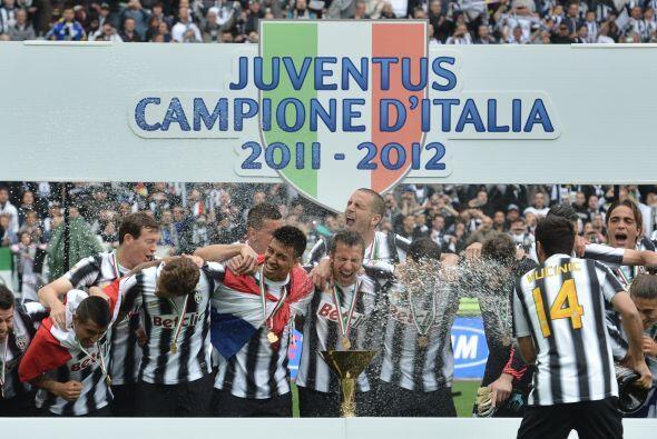 Pero ya con el título en sus manos, los jugadores disfrutaban al máximo...