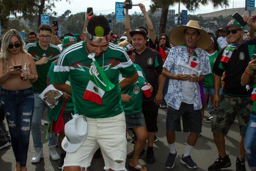 Horas antes del duelo entre México y El Salvador, los aficionados...