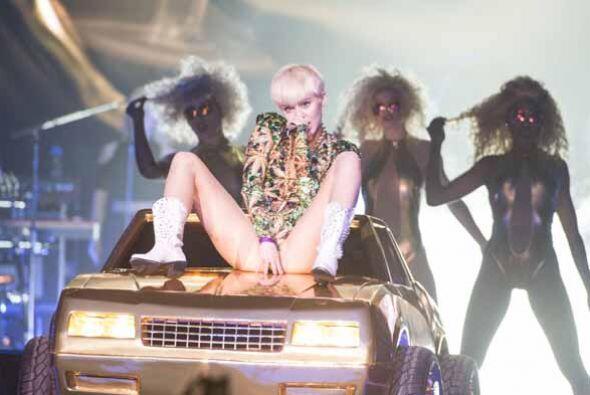Miley Cyrus con manitas juguetonas en su 'Bangerz Tour'. En Los Ángeles...