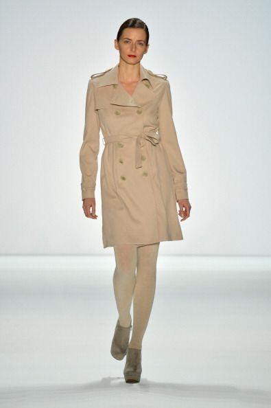 Los primeros diseño que existieron del 'trench coat' eran de un corte la...