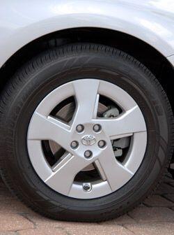 Los rines y neumáticos ayudan a que el Prius tenga un mayor rendimiento...