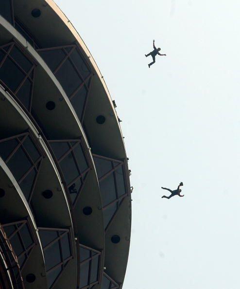 Sus practicantes se arrojan desde superficies altas como rascacielos, an...