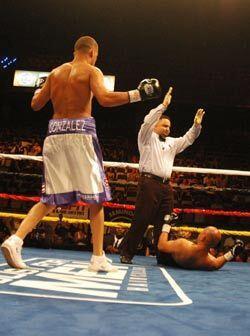 En esta última caída el juez detuvo la pelea para la cuart...