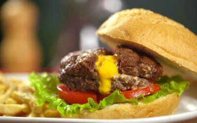 Hamburguesa de carne de res rellena de queso americano a la parrilla.