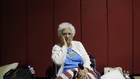 Mary Della Ratta, de 94 años, aguarda en un refugio mientras pasa...