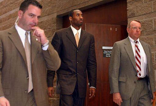 Kobe Bryant enfrentó a la ley en 2003 acusado de violación. El jugador d...