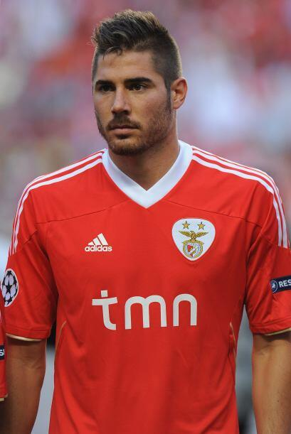 Para cerrar el medio campo esta el español Javi García.