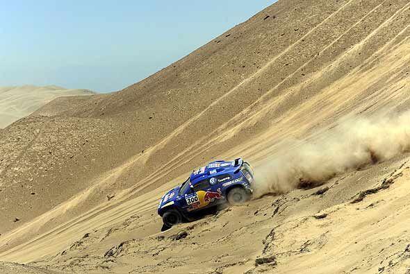 Carlos Sainz ganó la sexta etapa del Rally Dakar 2011 y aument&oa...