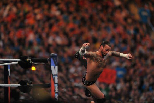 Adentro y afuera del ring se buscaron sin compasión. CM Punk trata aquí...