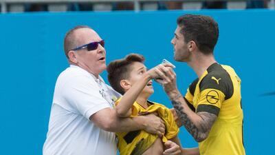 Christian Pulisic se vistió de héroe al defender a un aficionado