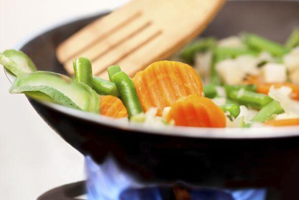 Agrega otra cucharadita de aceite vegetal al wok y saltea tres zanahoria...