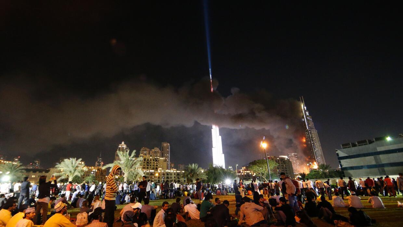 Espectadores veían el incendio reunidos en un espacio cercano al hotel
