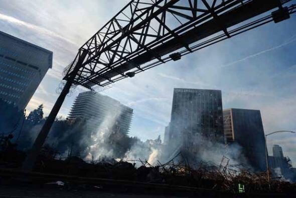 Las llamas no sólo causaron destrucción en la estructura en construcción...