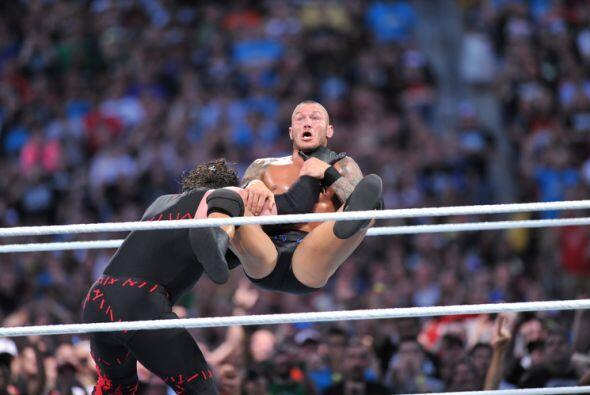 Al final Kane liquidó a 'La Víbora' con un ChokeSlam para llevarse la vi...