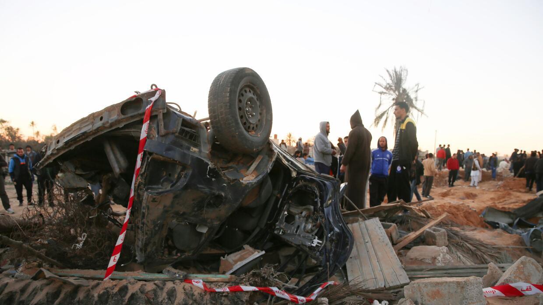 Gente reunida tras el bombardeo en Sabratha, Libia.