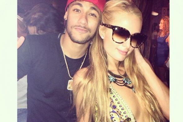 También conoció al astro del soccer, Neymar - quien estuvo muy pegadito...