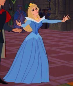 Aurora, modelando su vestido dorado.